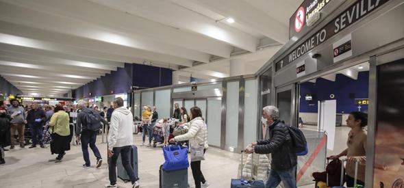 gente saliendo por puertas del aeropuerto de sevilla